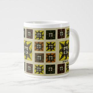 La antigüedad tejó la flor de lis (el amarillo) taza de café grande