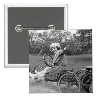 La antigüedad va carro, 1900s tempranos pin cuadrado