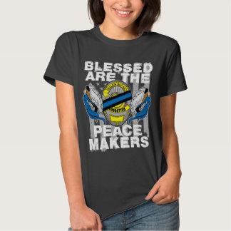La aplicación de ley Blessed es los fabricantes de Camisas