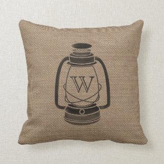 La arpillera inspiró la almohada del monograma de
