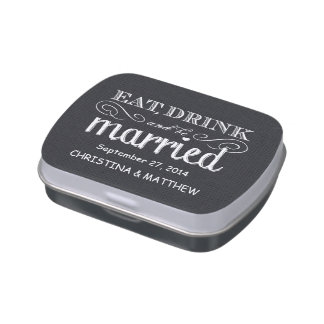 La arpillera negra come, bebe, esté casada casando frascos de caramelos