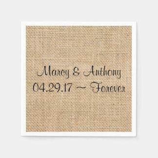 La arpillera rústica del boda personalizada nombra servilletas de papel