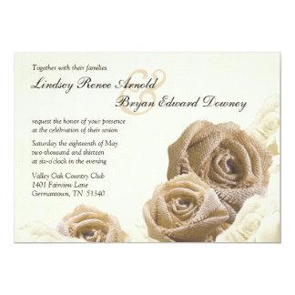 La arpillera rústica subió florece la invitación