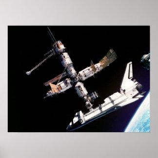 La Atlántida resuelve la estación espacial del MIR Posters