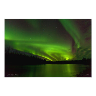 La aurora remolina sobre el Salcha Fotografía