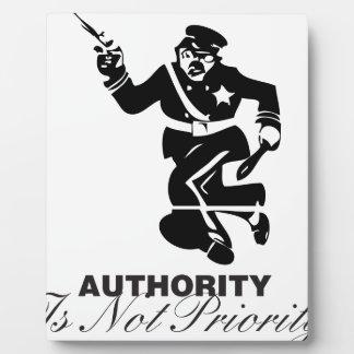 La autoridad no es prioridad placas para mostrar