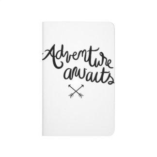 La aventura aguarda el diario cuaderno grapado