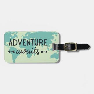 La aventura aguarda el mapa del mundo etiquetas para maletas