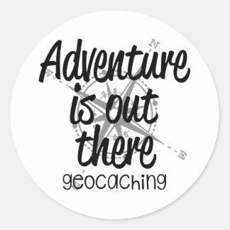 La aventura está hacia fuera allí pegatina redonda