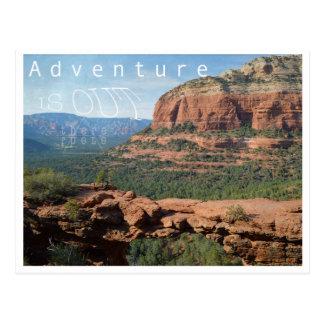 La aventura está hacia fuera allí postal