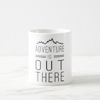 La aventura está hacia fuera allí taza