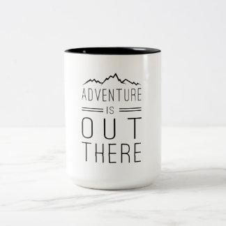 La aventura está hacia fuera allí taza de dos tonos