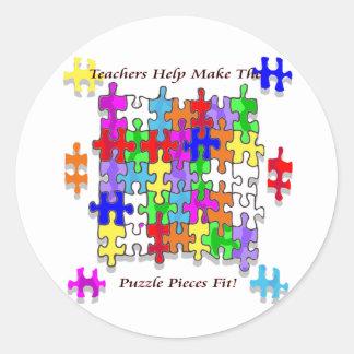 La ayuda de los profesores hace los pedazos del pegatina redonda