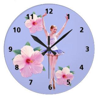 La bailarina con el hibisco rosado florece reloj redondo grande