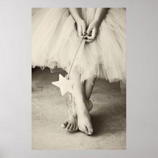 La bailarina toca con la punta del pie (blanco y n póster