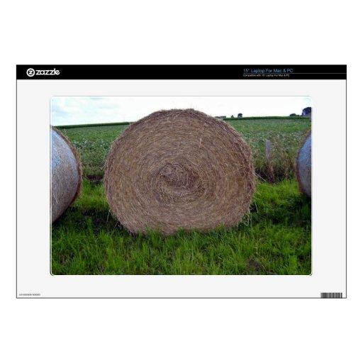 La bala de heno rueda en un campo verde calcomanía para portátil