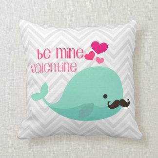 La ballena divertida con el bigote sea tarjeta del cojines