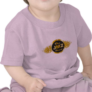 La banda de JMZ debajo de la camiseta del bebé de