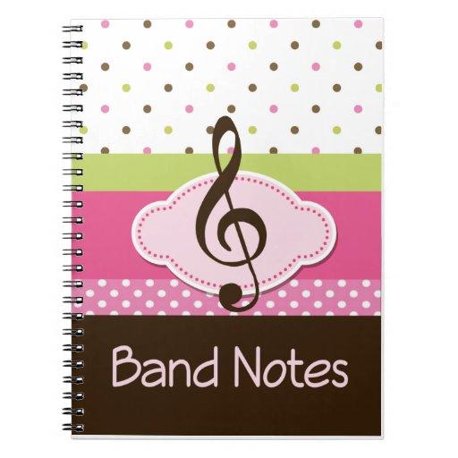 La banda observa el regalo del diario de la música cuadernos