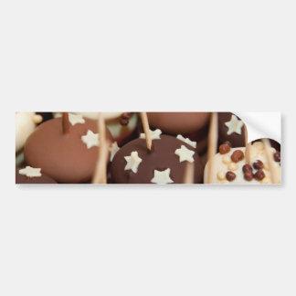 La bandeja del postre con los chocolates y asperja pegatina para auto