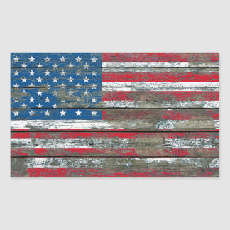 La bandera americana en la madera áspera sube a pegatina rectangular