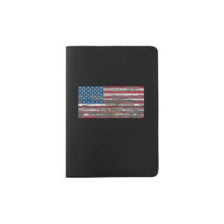 La bandera americana en la madera áspera sube a porta pasaporte