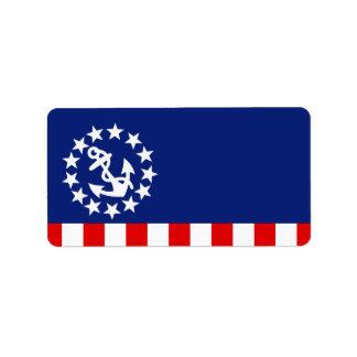 La bandera americana náutica del yate está en el etiqueta de dirección