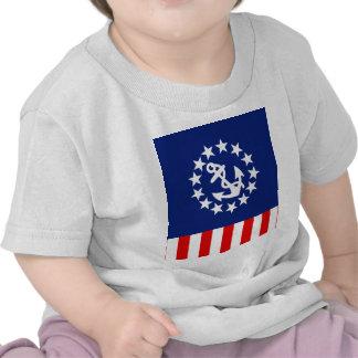La bandera americana náutica del yate está en el p