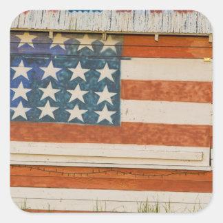 La bandera americana pintada sobre los fuegos calcomanía cuadrada personalizada