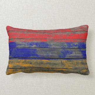 La bandera armenia en la madera áspera sube a cojin