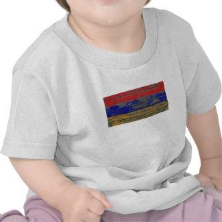 La bandera armenia en la madera áspera sube a camiseta