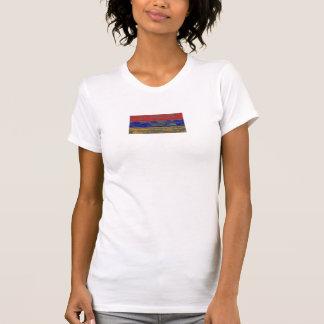 La bandera armenia en la madera áspera sube a camisetas