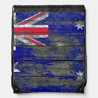 La bandera australiana en la madera áspera sube a mochila