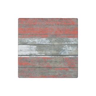 La bandera austríaca en la madera áspera sube a imán de piedra
