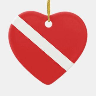 La bandera blanca roja del buceador de la insignia adorno de cerámica en forma de corazón