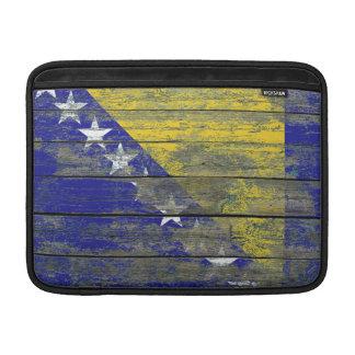 La bandera bosnio en la madera áspera sube a funda macbook air