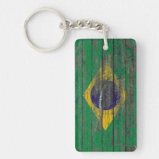 La bandera brasileña en la madera áspera sube a llavero rectangular acrílico a doble cara