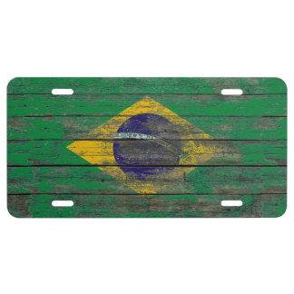 La bandera brasileña en la madera áspera sube a placa de matrícula
