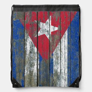 La bandera cubana en la madera áspera sube a mochila