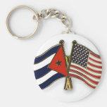 La bandera cubana y la bandera americana llavero redondo tipo pin