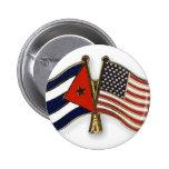 La bandera cubana y la bandera americana pin redondo de 2 pulgadas