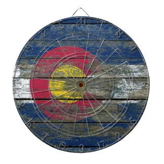 La bandera de Colorado en la madera áspera sube a