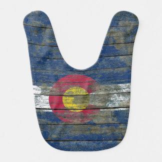 La bandera de Colorado en la madera áspera sube a Babero
