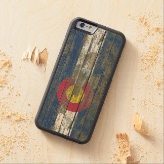 La bandera de Colorado en la madera áspera sube a Funda De iPhone 6 Bumper Arce