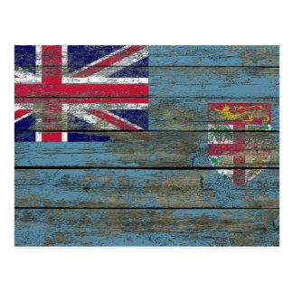 La bandera de Fiji en la madera áspera sube a Postal