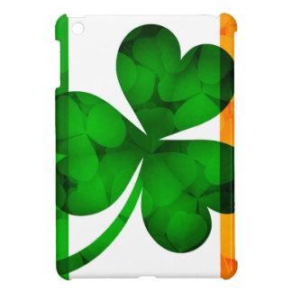 La bandera de Irlanda con el trébol sale del fondo