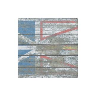 La bandera de Terranova en la madera áspera sube a Imán De Piedra