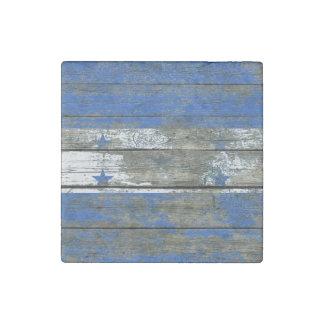 La bandera del Honduran en la madera áspera sube a Imán De Piedra