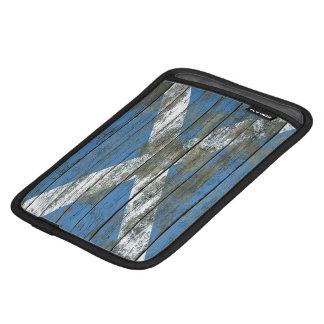 La bandera escocesa en la madera áspera sube a fundas de iPad mini