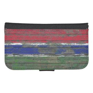 La bandera gambiana en la madera áspera sube a billetera para galaxy s4